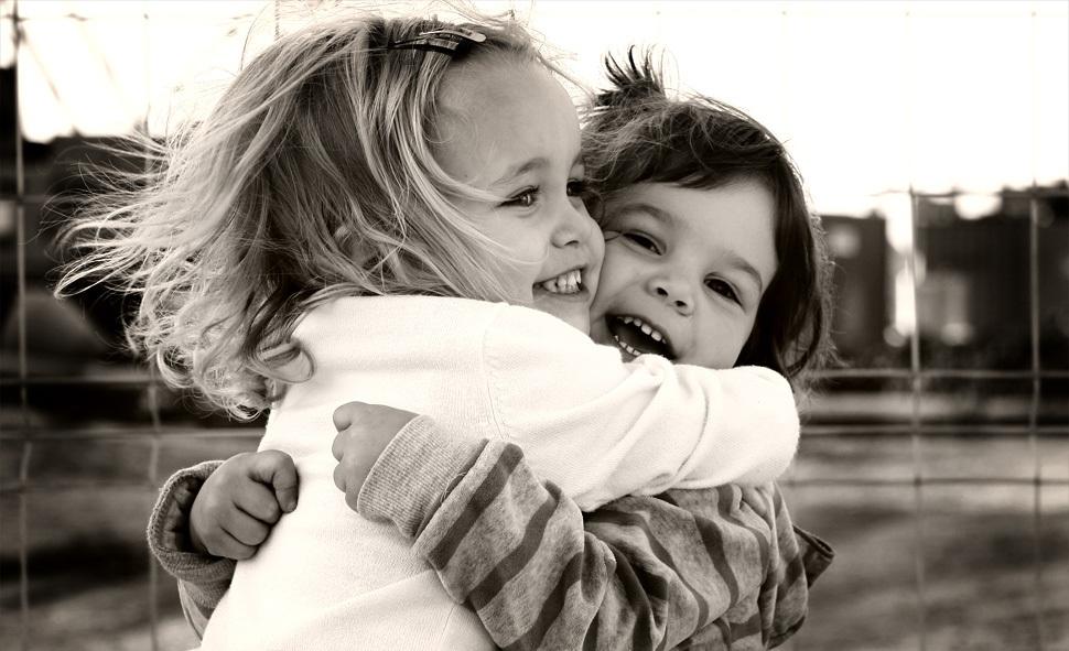 abrazo niñas