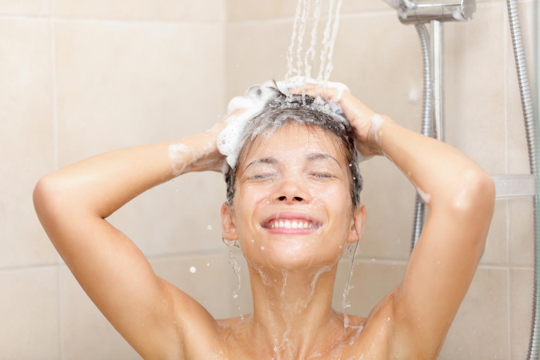 Persona bañandose - Imagui